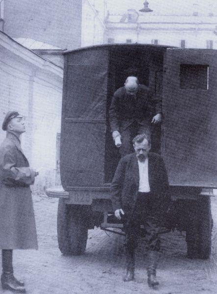 Letartóztatottak érkezése a börtön udvarába. 1930-as évek.