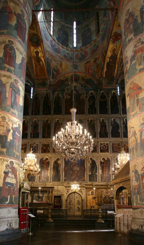 A moszkvai Kreml Nagyboldogasszony székesegyháza, XVI. század. A felső ősatyák sor közepén a Szent Háromság ábrázolása