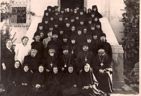 Vaszilij archimandrita a monostor nővéreivel és papságával. Középen Dorotej (Filip) püspök. 1961.