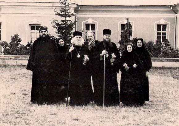 Vaszilij atya a monostor vendégeivel. Középen Nyikoláj (Kutyepov) püspök