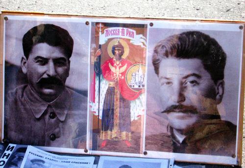 """Sztálin portréi és Rettenetes """"Szent"""" Iván """"ikonja"""". Ilyen képekkel ma """"orthodox hívők"""" otthonaiban találkozhatunk. Vaszilij Szekacsev atya fényképe."""