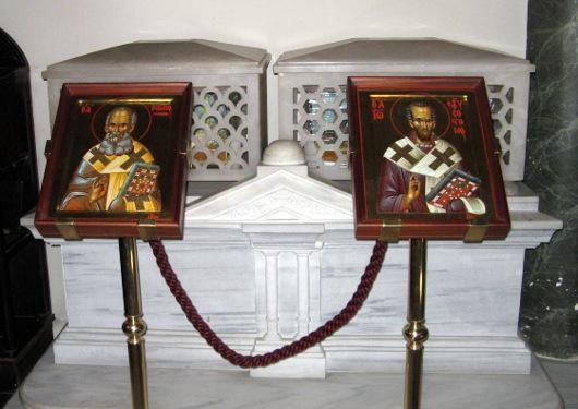 Theológus Szeng Gergely (balra) és Aranyszájú Szent János (jobbra) ereklyéi a konstantinápolyi Szent György székesegyházban