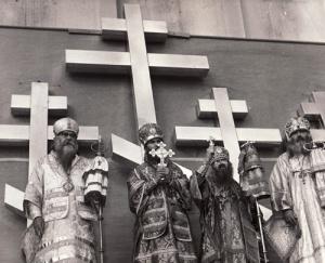 """A san francisco-i """"új székesegyház"""" keresztjeinek elhelyezése előtt.  A székesegyház Szent János püspök szorgalmazására és erőfeszítései nyomán épült fel.  Halála előtt egy évvel, 1965-ben szentelték fel (a képen Szent János balról a harmadik)"""
