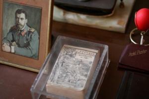 Az asztalon az 1966-os egyházi naptár - a főpap halálának éve.