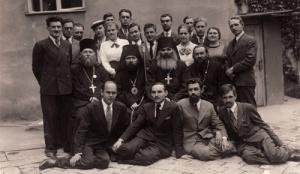 Szent János püspök Szerbiában (a papok között balról a második) Bitolban, ahol szerzetespapként a szemináriumban tanított