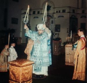 Szent János püspök minden nap végzett Szent Liturgiát és utána sokáig az oltárban maradt, miközben már mindenki hazament. Ismerte a szertartást és gyakran énekelt egyedül az istentiszteleteken.
